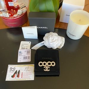 NEW 21P Coco CC Chanel Hold Pearl Brooch